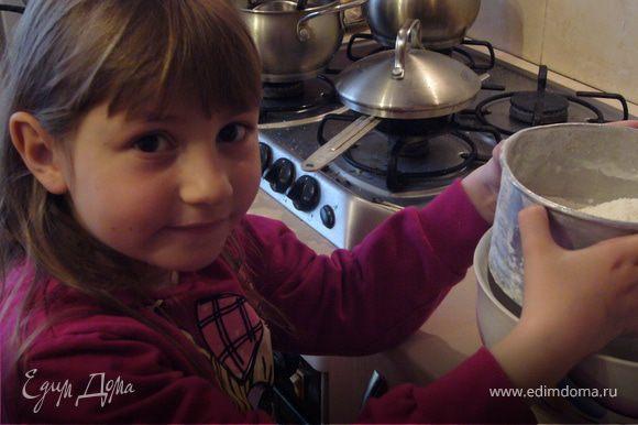 Тесто для коржа: Раствори дрожжи в 5 ложках тёплой воды+сахар+2 ст.л.муки и перемешай. Оставь на 10 мин.Добавь остальную муку+соль+200 мл. тёплой воды+масло и замеси тесто.Оставь на 1 час. (это моя племянница Елизавета-ей недавно исполнилось 7 лет,но уже проявляет интерес к кухне...,