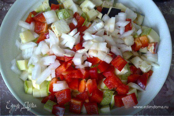 Перцы очистить от семян, лук и чеснок очистить. Все овощи (кроме черри и чеснока), нарезать средними кубиками.