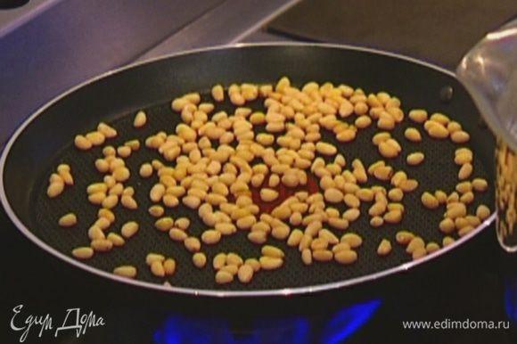 Орехи обжарить на разогретой сухой сковороде.