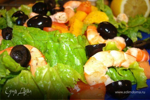 Сделать заправку для салата из вышеперечисленных ингредиентов. Салат посыпать свежемолотым черным перцем и морской солью. Полить заправкой…