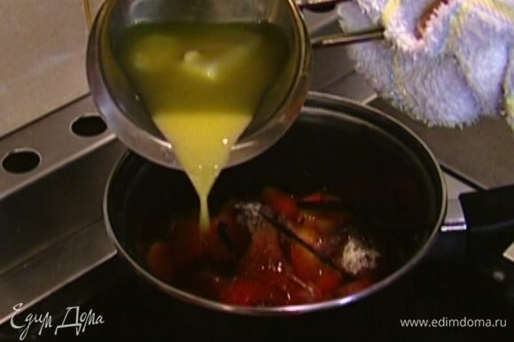 Сливочное масло растопить, 1 ст. ложку влить в кастрюлю со сливами.