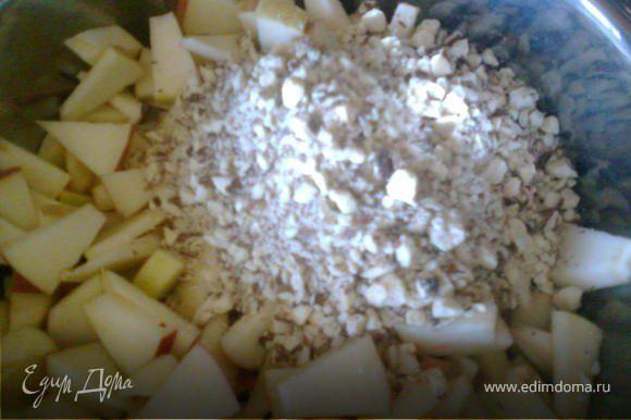 Яблоки помыть, нарезать кусочками, сложить в миску. К яблокам добавить семечки, измельченные орехи, сахар,ванильный сахар, корицу, все перемешать.