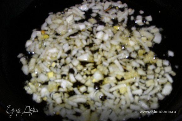 Отдельно обжарить на оливковом масле лук репчатый и в горячем виде вылить его на специи в салат, только после этого все перемешать. Заранее не мешают. Иначе огурцы будут расквашенные.