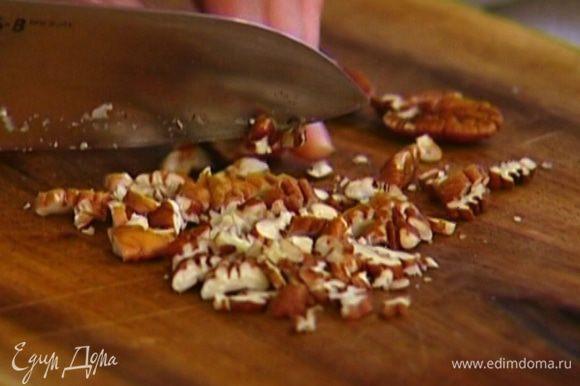 Орехи нарубить небольшими кусочками и соединить с овсяными хлопьями.