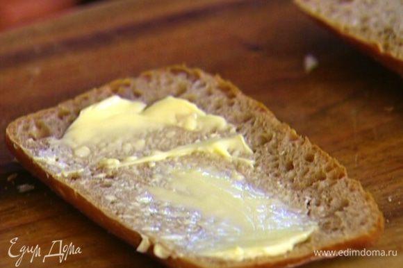 Булочки разрезать пополам вдоль, одну часть смазать сливочным маслом.