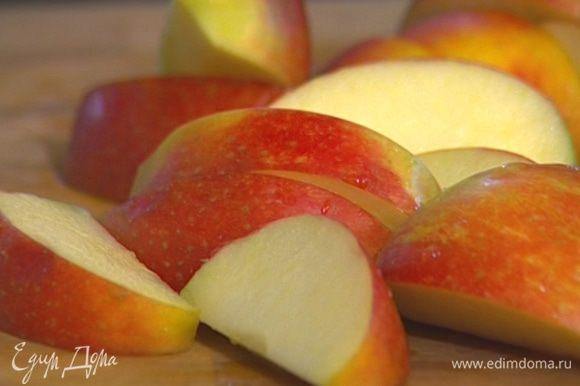 Яблоки разрезать, удалить сердцевину.