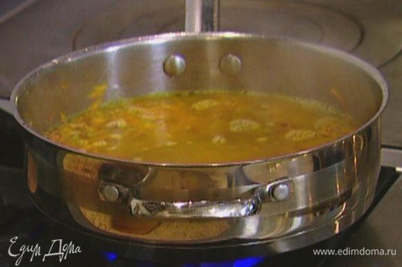 Всыпать сухую гречку, перемешать, посолить, поперчить, влить вино, затем горячий овощной бульон, так чтобы гречка была покрыта. Варить 10–12 минут.