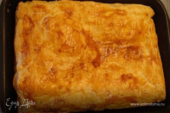 Смесь сыров выложить на противень, распределить равномерно. Раскатать второй пласт теста, накрыть сверху сыр, скрепить края. 1 яйцо слегка взбить вилкой, помазать сверху пирог, наколоть вилкой. Поставить в духовку на 40 минут при температуре 180-200 гр. Приятного аппетита!:)