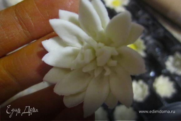 Маргаритки делала по тому же методу, просто брала меньше форму или вырезала маленькие цветочки. Срединку делала из мелко нарезаной мастики.
