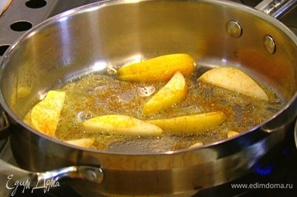 Приготовить начинку: в небольшой сковороде разогреть 1 ст. ложку сливочного масла, выложить ломтики груши и посыпать их оставшимся сахаром. Когда сахар полностью растворится, влить 1 ст. ложку ликера.