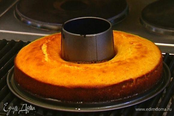 Смазать форму для выпечки оливковым маслом, выложить тесто и отправить в разогретую духовку на 30–35 минут, затем немного остудить.