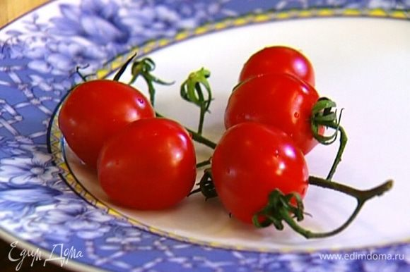 Помидоры черри разрезать пополам, добавить к салату.