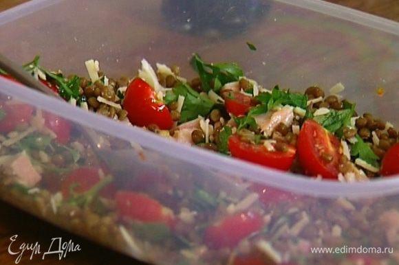 Сбрызнуть салат оливковым маслом, слегка перемешать.