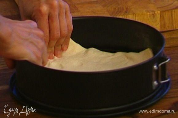 Тесто предварительно разморозить, затем уложить в смазанную маслом форму для выпечки таким образом, чтобы получился корж с бортиками.