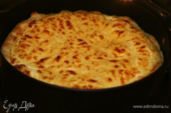 Через 15 минут посыпать пирог оставшимся сыром и поставить в духовку еще на 10–15 минут.