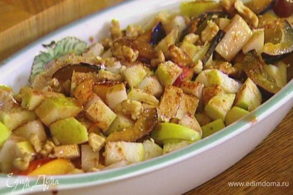 Добавить фрукты, оставшийся сахар, посыпать корицей, грецкими орехами и полить ликером.