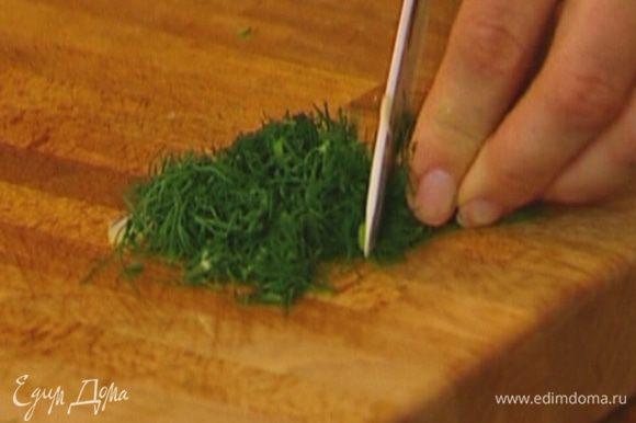 Зеленый лук и укроп мелко нарезать.