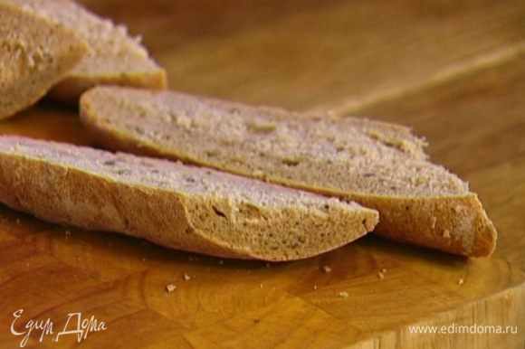 Хлеб нарезать и подсушить в духовке.
