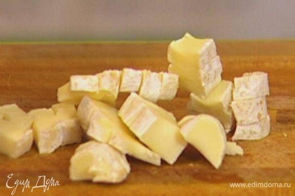 Сыр нарезать небольшими кусочками, добавить к желткам.