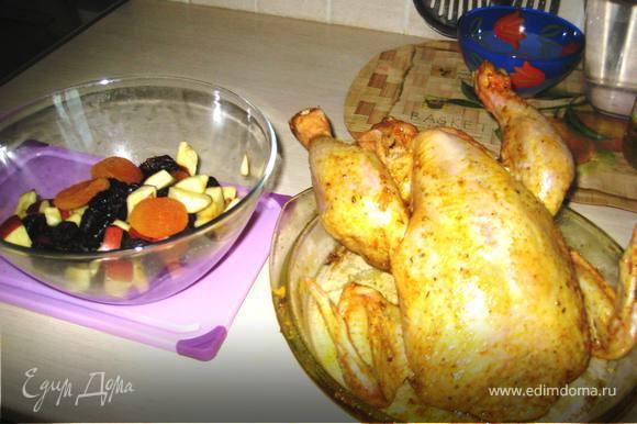 """Курицу помыть и высушить.Смешать в пиале оливковое масло,соль,мёд и специи(я обычно покупаю в магазине """"для курицы"""" или """"для цыплёнка табака"""").Натереть курицу получившейся смесью снаружи и внутри.Приготовить фрукты:у яблока вынуть сердцевину и порезать его дольки,чернослив и курагу помыть.Начинить курицу фруктами и заколоть на зубочистку."""