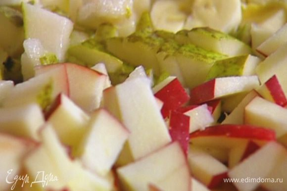 Яблоко и грушу, удалив сердцевину, мелко нарезать.
