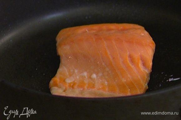 Отправить рыбу на 10 минут в разогретую духовку, затем вынуть и оставить еще на несколько минут в сковороде.