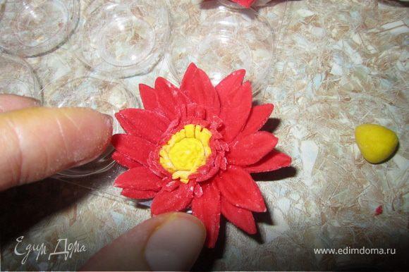 Берем два цветочка и склеиваем их вместе, смазав серединку водой. Опять смазываем серединку водой и приклеиваем серцевинку цветочка. ОЧЕНЬ ВАЖНО не переборщить с водой, а то цветочек расплывется!