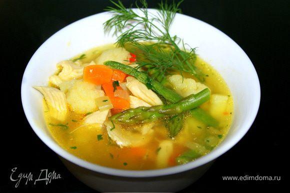 Добавить картофель и чуть бульона и кипятить на медленном огне в течение 10 минут. Добавить брокколи,влить оставшийся бульон и готовить еще 2 минуты. Приправить суп солью и перцем. Украсить мелко нарезанной петрушкой. Подавать.