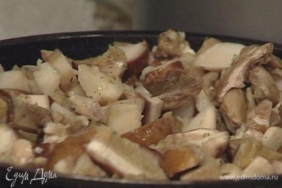 Добавить в сковороду грибы, майоран, соль и перец. Жарить на медленном огне, не накрывая крышкой, 5−6 минут.