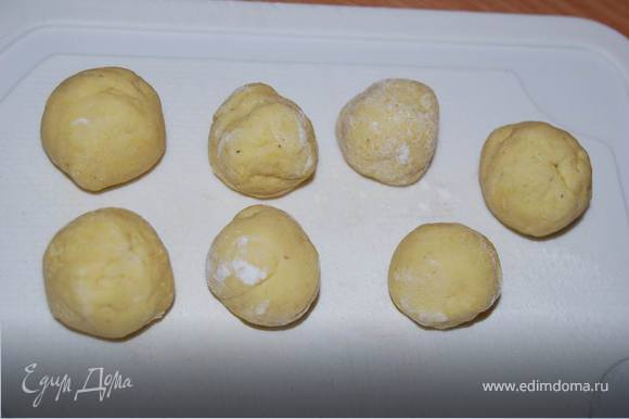 Тесто замешивается на горячей воде, затем скатываем его в небольшие шарики по 10-15г.