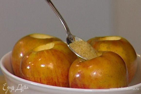 Через 10–15 минут в выемку каждого яблока насыпать по 1 ч. ложке сахара и запекать еще 15 минут.