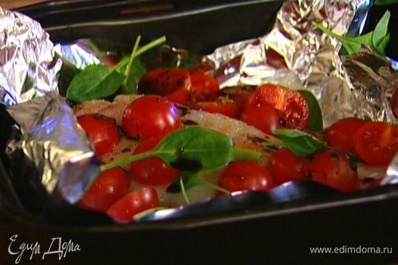 Сверху разложить половинки помидоров, оставшийся шпинат, сбрызнуть все бальзамическим уксусом и оливковым маслом.