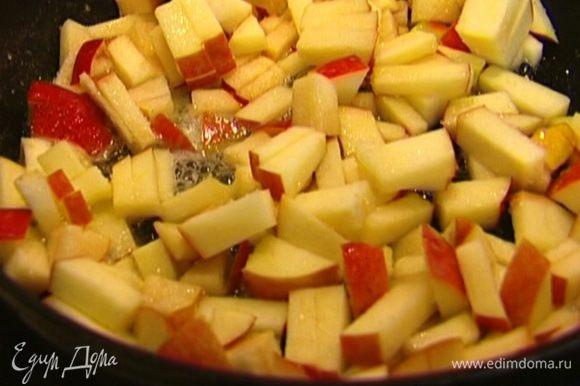 Разогреть сковороду с 1 ст. ложкой сливочного масла, добавить нарезанные яблоко и грушу, посыпать сахаром, перемешать и слегка прогреть.