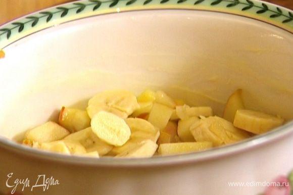 Большую форму для выпечки или несколько небольших форм смазать оставшимся сливочным маслом, разложить в них припущенные фрукты, а сверху банан.