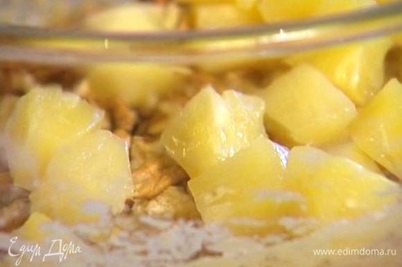 Ананасы добавить в тесто, еще раз перемешать.