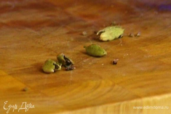 Стручки кардамона раздавить, вынуть семена, добавить к рису и варить его на среднем огне еще минут десять.