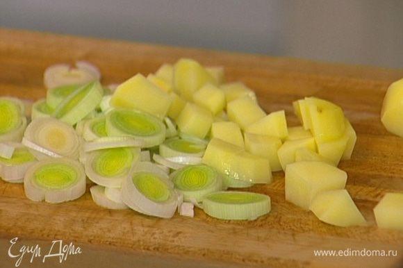 Картофель почистить и порезать маленькими кубиками.