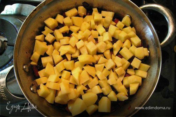 Обжариваем при закрытой крышке, периодически помешивая. Солим (помним про соевый соус - без фанатизма). Добавляем картофель небольшими кубиками, наливаем кипятка, чтоб почти покрыл картофель и тушим до его (картофеля) готовности. Если надо, подливаем водичку.