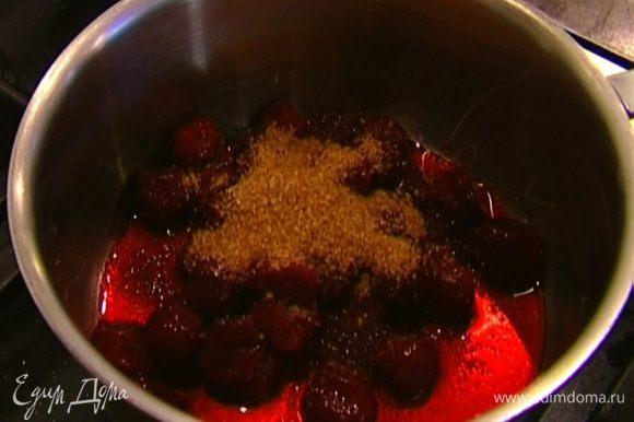 Приготовить соус: размороженную вишню выложить в кастрюлю, добавить сахар, сок и цедру апельсина, влить ликер, перемешать и уварить, так чтобы соус стал густым.