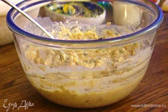 Фисташки и финики добавить к муке с хлопьями, затем влить яично-масляную смесь и слегка перемешать.