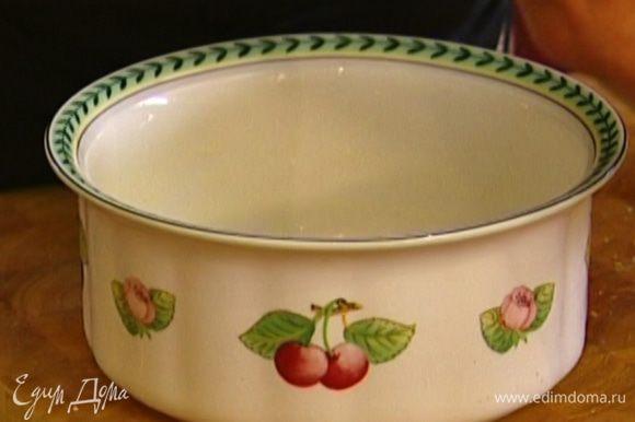 Форму для выпекания смазать сливочным маслом и обсыпать манкой.