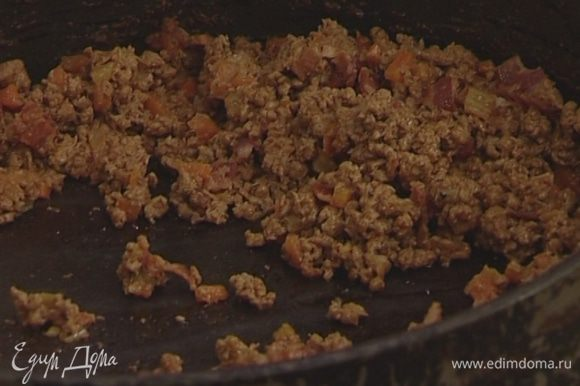 В другой сковороде обжарить бекон и перемешать с фаршем, когда он будет готов.
