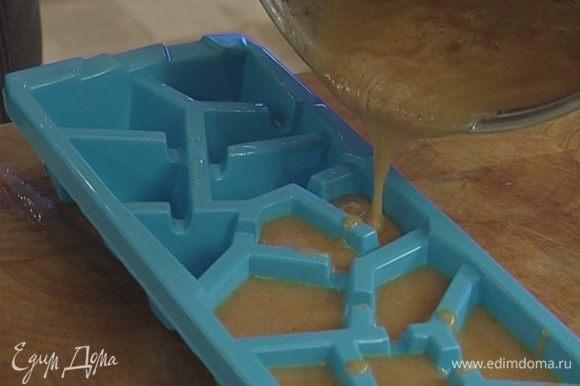 Смазать формочки для льда растительным маслом, выложить в них получившуюся массу и отправить в морозилку застывать.