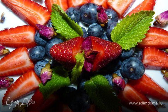 Выложить ягоды, украсить засахаренными цветочками и мелиссой. Клубника очень хорошо сочетается с лепестками роз. Летом я варю немного клубничного варенья с лепестками роз. А лаванда хорошо подходит к голубике, но и с клубничкой тоже хорошо.