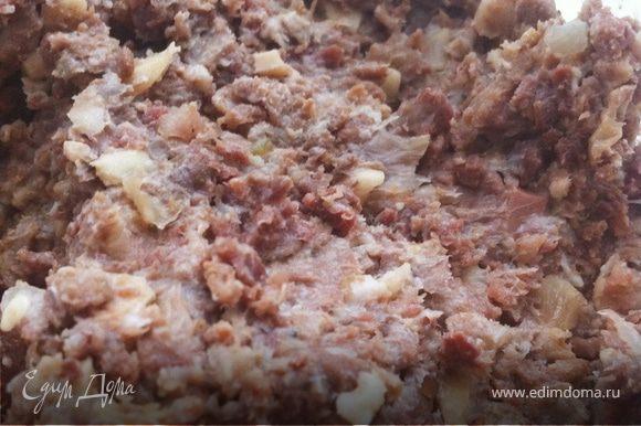 Замесить тесто, как указано в рецепте: http://www.edimdoma.ru/recipes/19952 Пока оно отдыхает займемся начинкой: луковицы мелко нарезать и обжарить. Добавить фарш и обжаривать до готовности. Остудить.