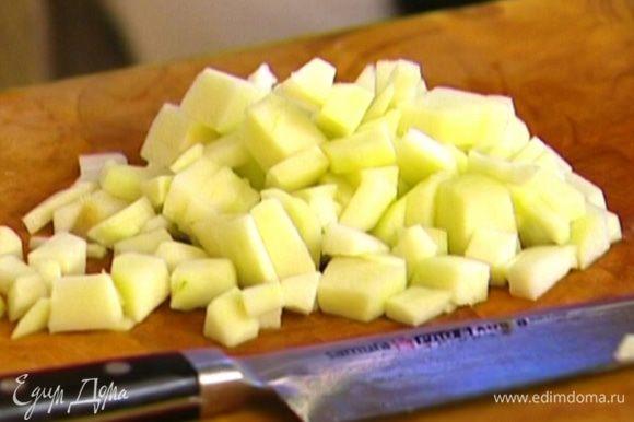 Яблоко очистить от кожуры и, удалив сердцевину, нарезать маленькими кубиками. Выложить в небольшой противень, полить растопленным маслом, посыпать сахаром (по желанию) и отправить в разогретую духовку на 5–10 минут.
