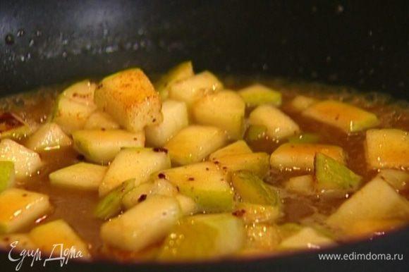 Разогреть в сковороде оставшееся сливочное масло, выложить нарезанные груши, добавить бадьян, корицу, мед и коньяк. Перемешать и снять с огня.