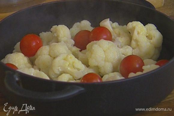 Капусту слить, выложить в тяжелую жаропрочную форму, сбрызнуть оливковым маслом, добавить помидоры черри целиком и отправить на 15 минут в духовку, а затем на 5 минут под гриль.