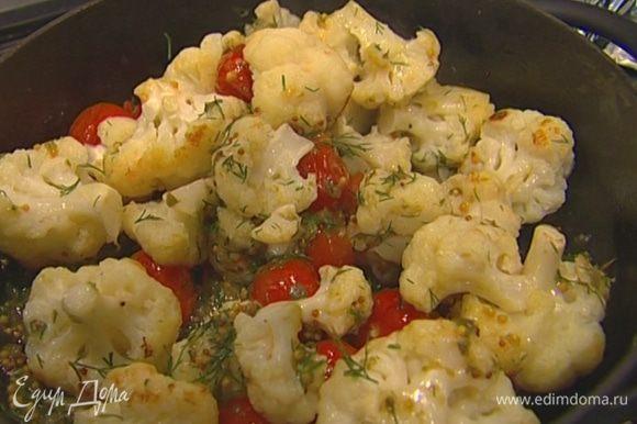 Разложить листья шпината на большой тарелке, сбрызнуть лимонным соком, сверху выложить капусту с помидорами.