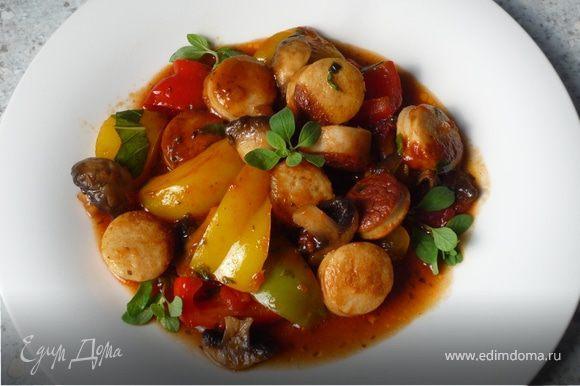 Добавить майоран и базилик, соль, перец и паприку порошок. Сюда подойдет картофельное пюре. Приятного аппетита!